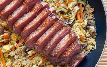 Magret de pato con wok de arroz